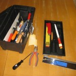 Es gibt so viele Werkzeuge: Hammer, Säge, Feile, Zange, Kreuz-&Schlitzschraubenzieher, Zollstock, Maurerkelle,…