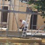 """Dewlyn (5,9 Jahre): """"Der Bauarbeiter sägt das Holz passend, dann können die Bauarbeiter das am Kindergarten festnageln."""