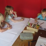 Wir malen Gegenstände aus dem Kindergarten auf, die aus Holz oder Stein sind.